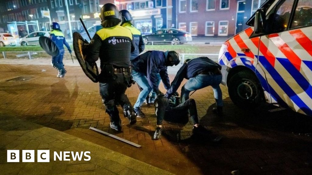 Covid: Curfew stays despite 'scum' riots in Dutch cities