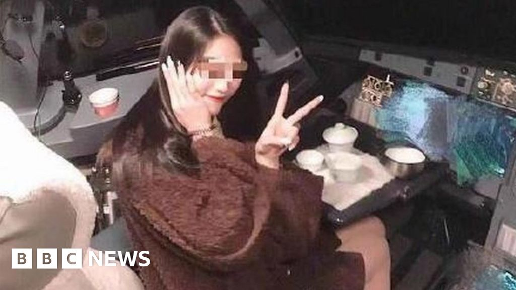 Chinese pilot banned from flying after passenger cockpit photo thumbnail