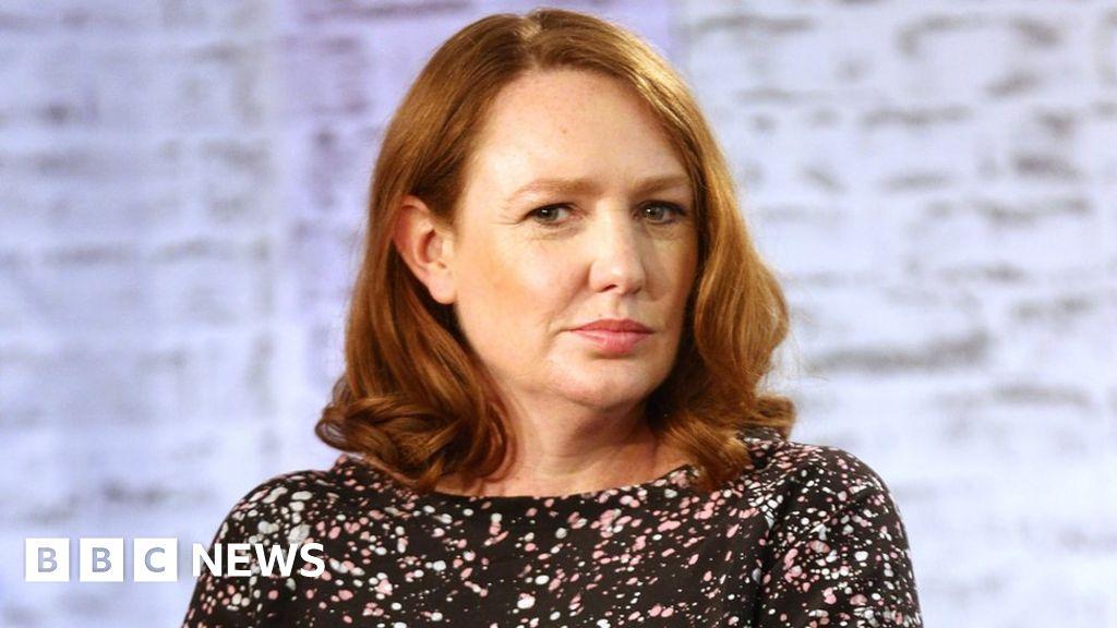Paula Hawkins New Novel Into The Water Confuses Critics Bbc News