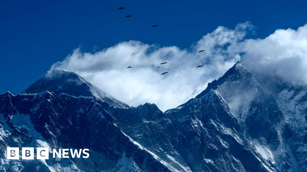 Corona virus: Chinese researchers start Everest climb in the midst of a pandemic