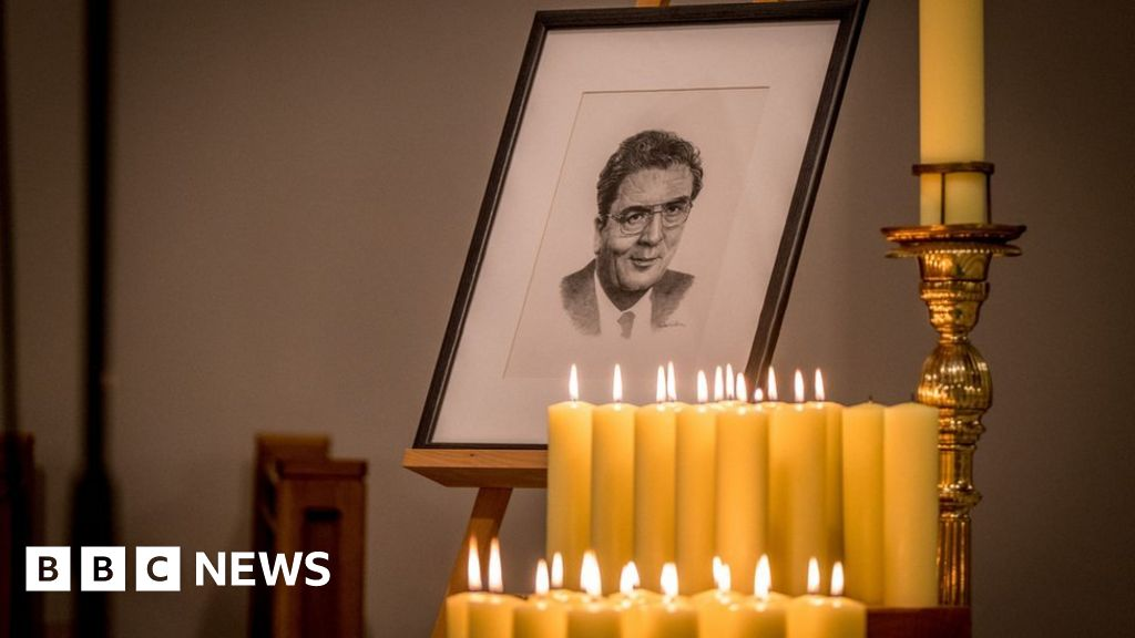 John Hume: Mourners gather for funeral of Nobel laureate