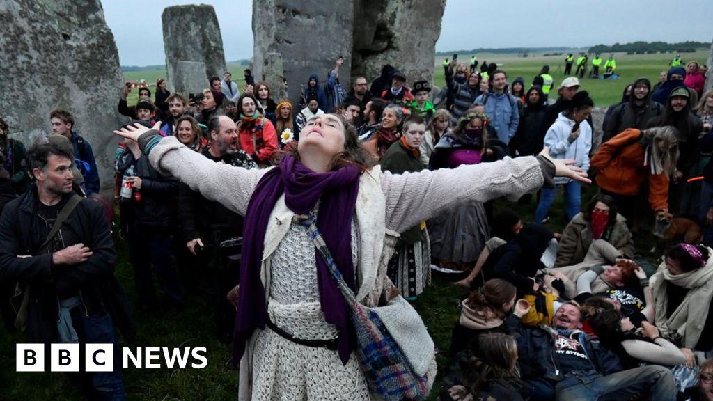 Summer solstice: Hundreds attend Stonehenge despite advice