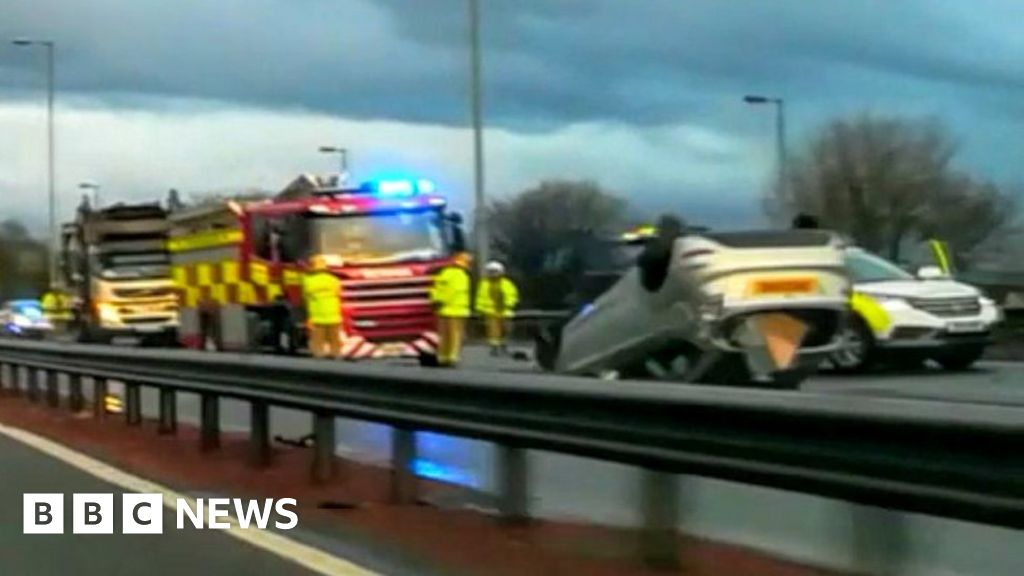 M8 motorway closed near Glasgow after accident - BBC News