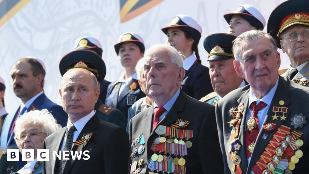 Russian parade defies pandemic as Putin stages power bid thumbnail