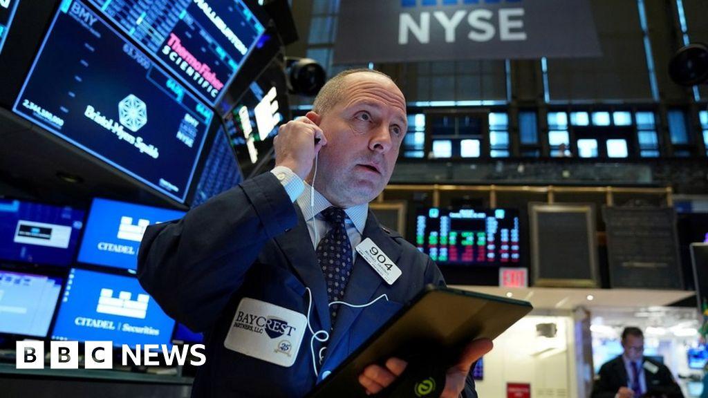 Global stock markets plunge on coronavirus fears