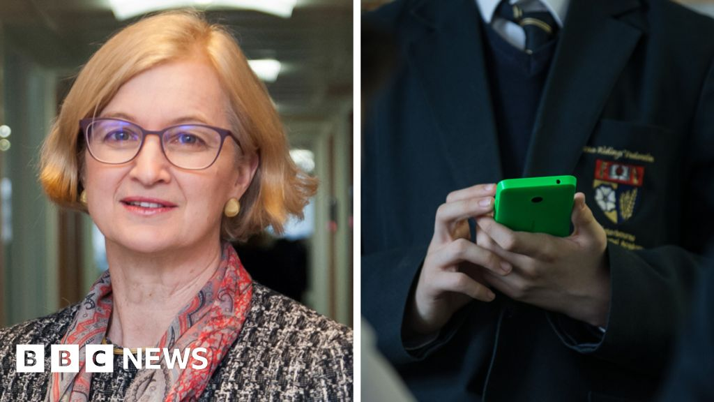 Ofsted chief inspector backs ban on phones in schools - BBC News