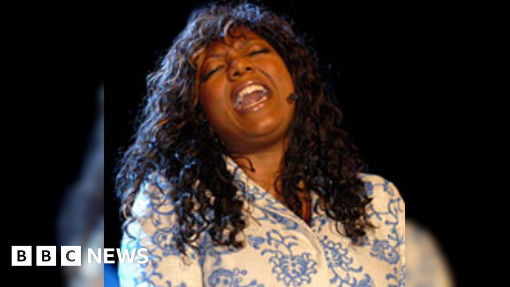 Denise Johnson: Primal Scream and New Order singer dies - BBC News