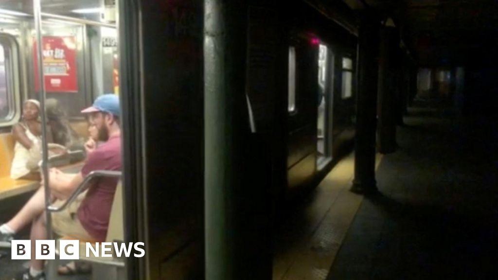 Power failure halts New York subway trains thumbnail
