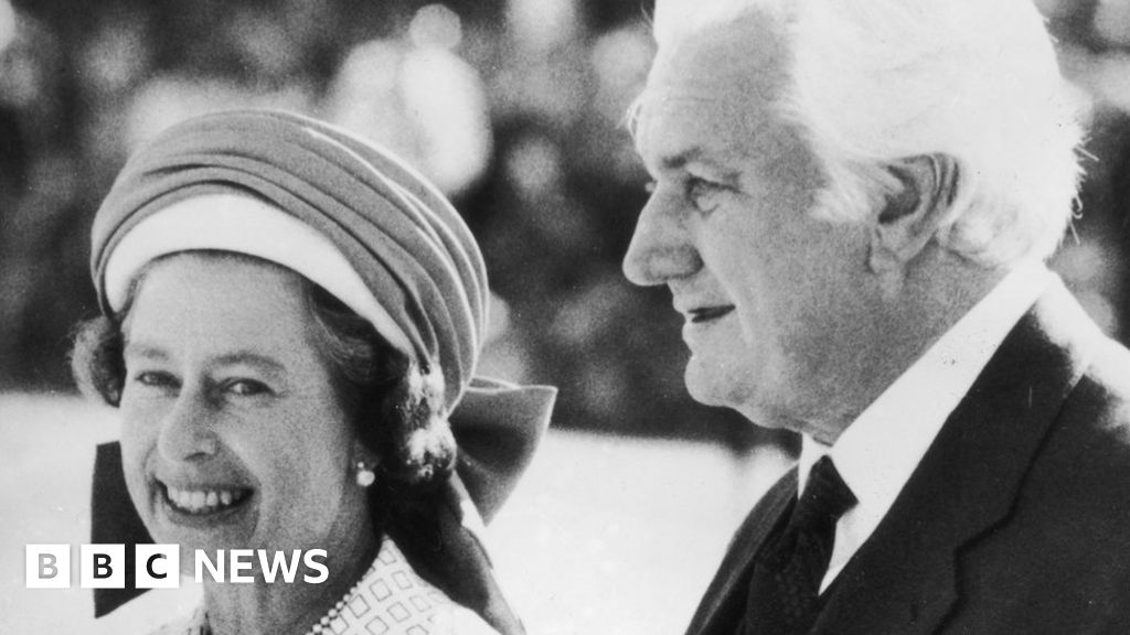 Photo of Queen 'not warned' of Australian PM's 1975 sacking | BBC News