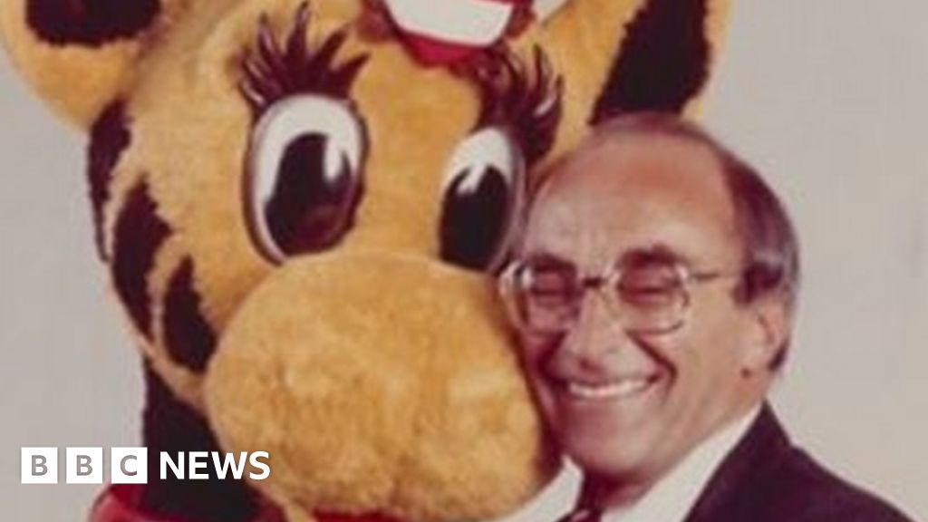 Toys R Us founder dies as company folds