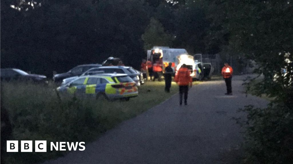 Cookham: Police searching for man missing in River Thames thumbnail