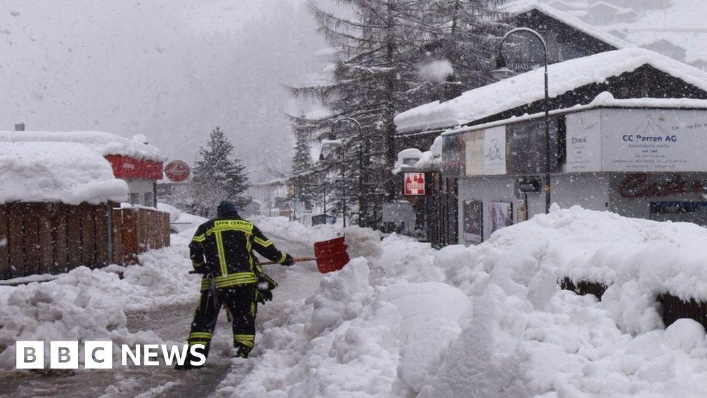 Thousands stranded in Swiss ski resorts