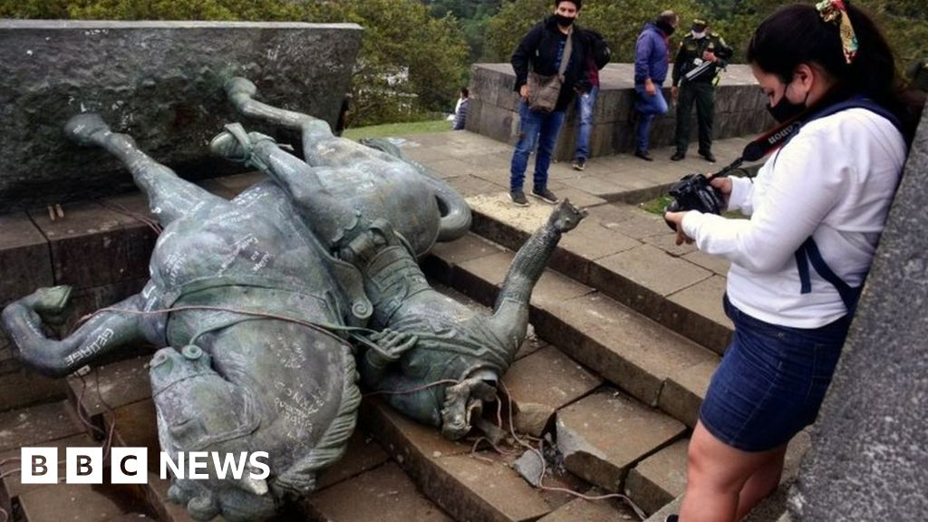 Colombia: Indigenous protesters topple conquistador's statue thumbnail