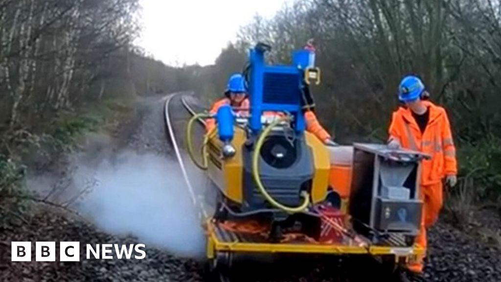 Dry ice 'could stop leaves on line rail delays'