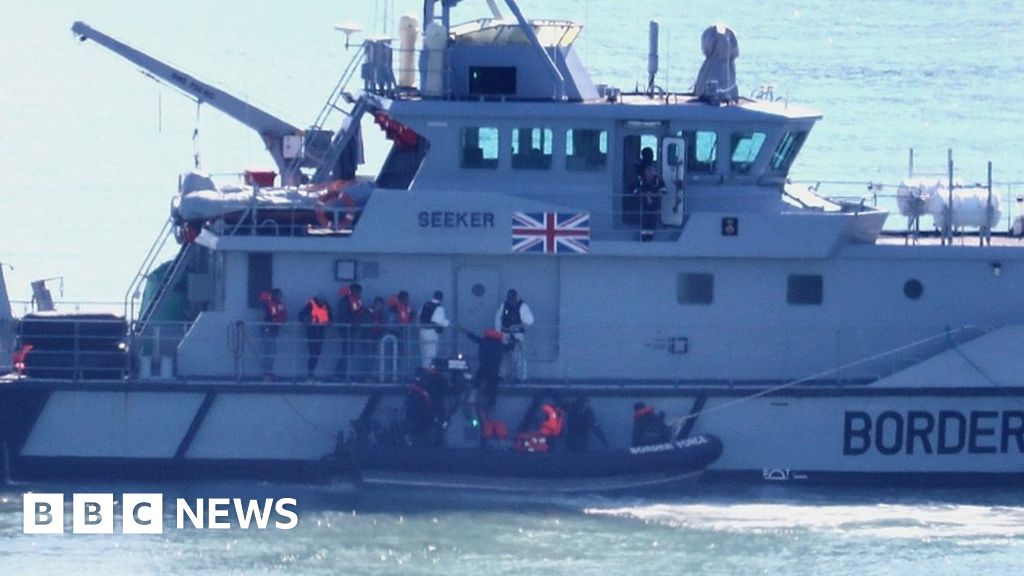 Channel of migrants: Border Force begins 41 to four boats