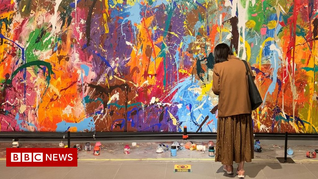 Graffiti art trampled on by spectators in the South Korean gallery