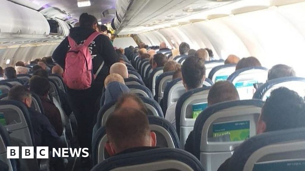 Coronavirus: Aer Lingus review after packed flight complaint thumbnail