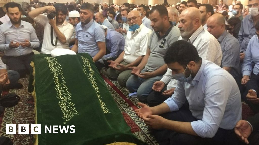 Syria conflict: Hundreds mourn assassinated Damascus mufti