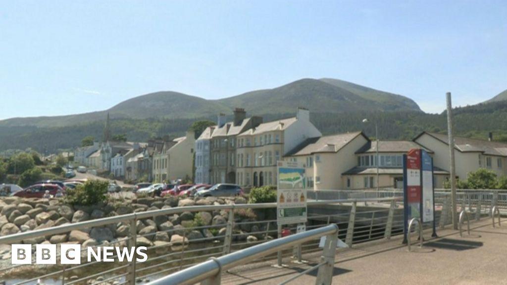 Prison boss defends killers' seaside trip
