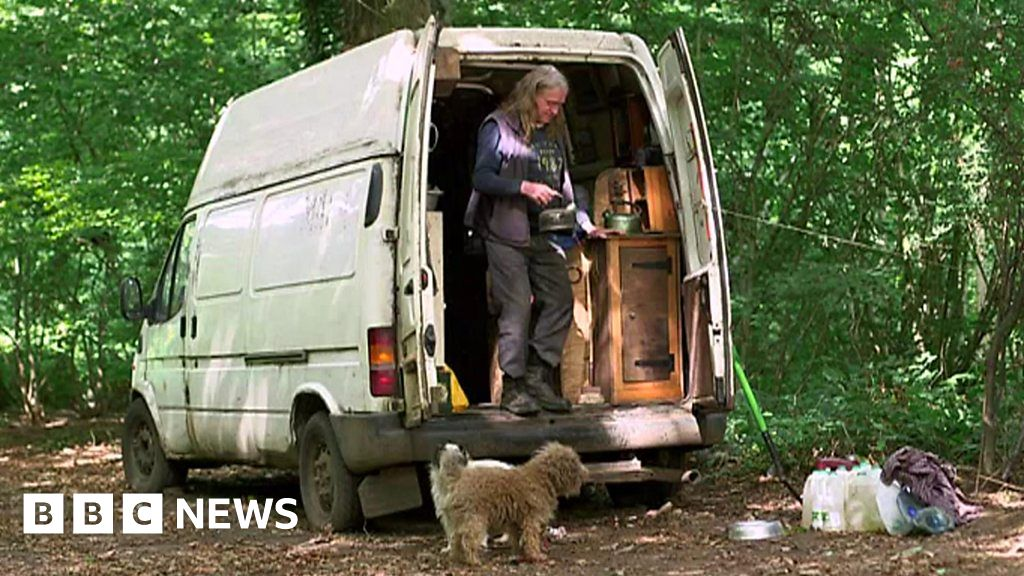 Kent homeless man lives in van for 14 years - BBC News