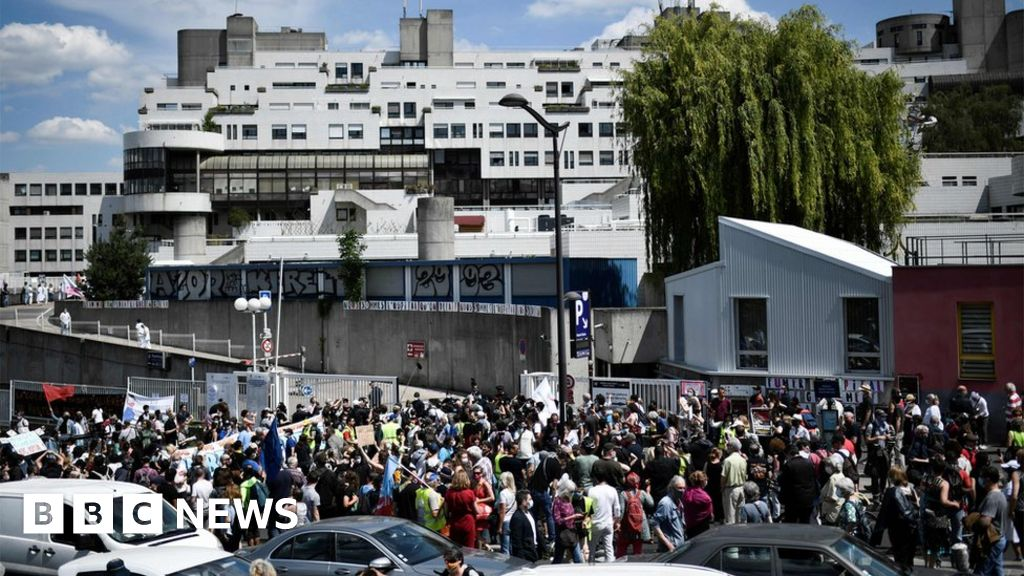French healthcare workers fined at Paris hospital protest thumbnail