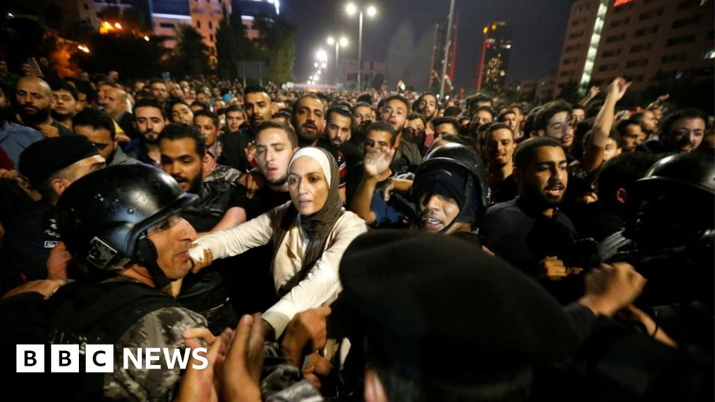 Jordanians in third night of tax rise protests