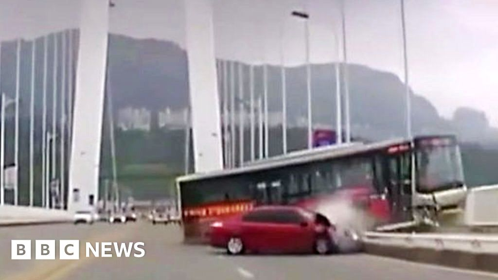 China bus plunge: Fight blamed for causing fatal crash
