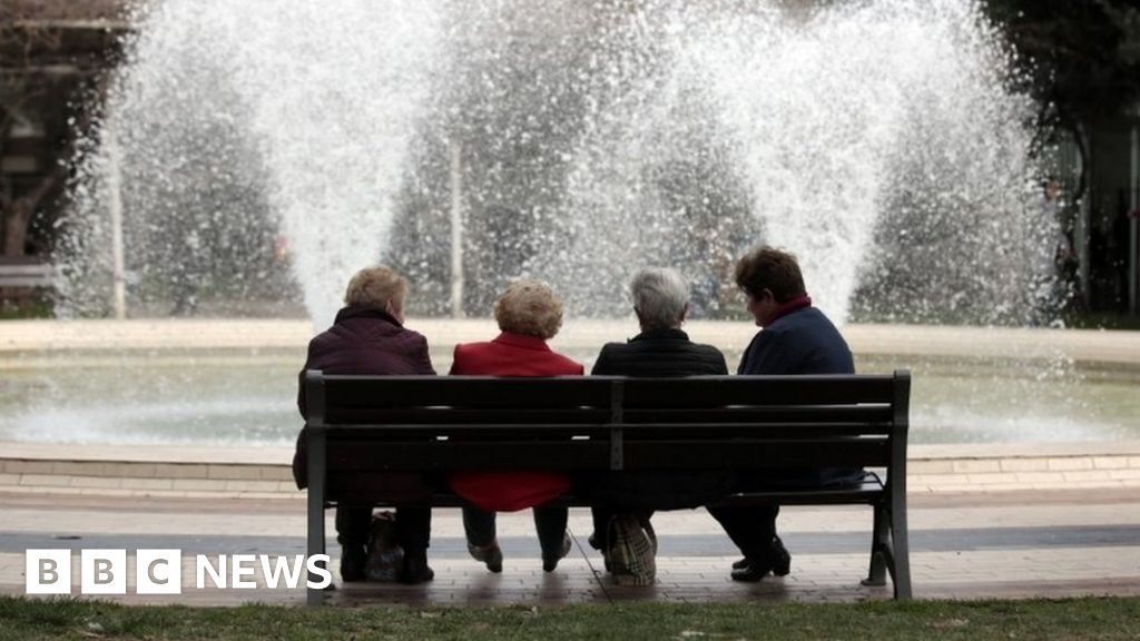 Lifespan gap 'widening between rich and poor' - BBC News