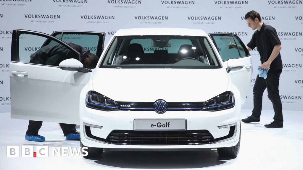 VW cuts investment by 1bn euros a year
