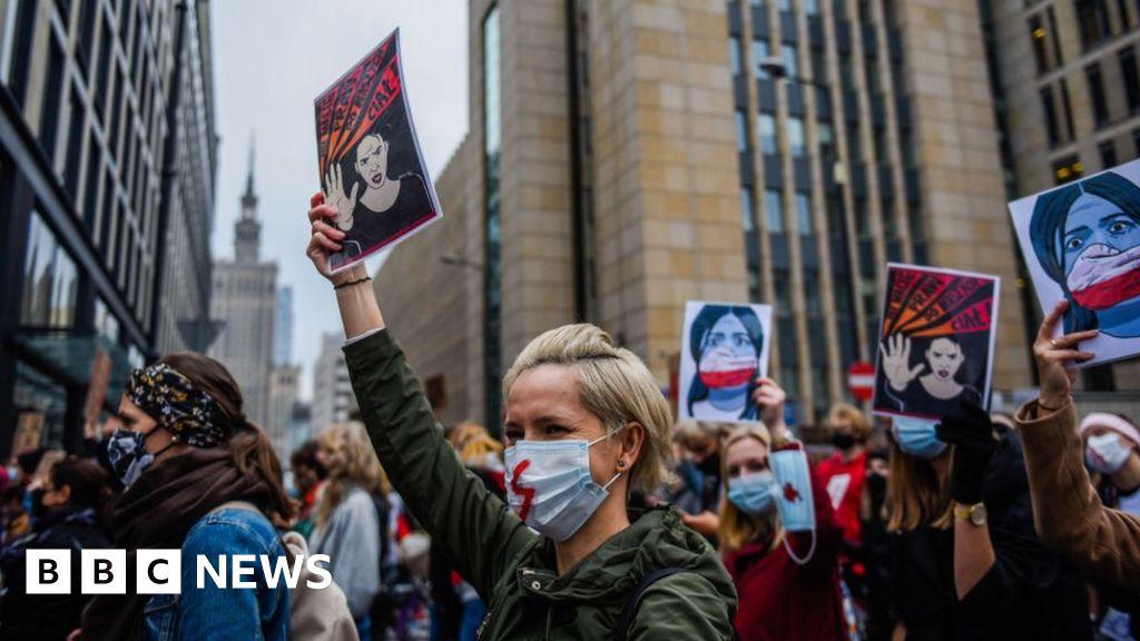 Poland abortion ruling sparks 'women's strike'