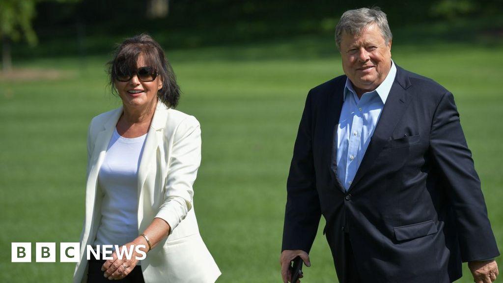 Melania Trump's Slovenian parents become US citizens - BBC News