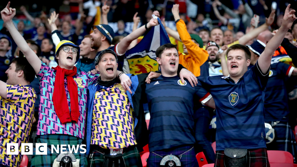 Euro 2020: Thousands of Scotland fans gather in central London