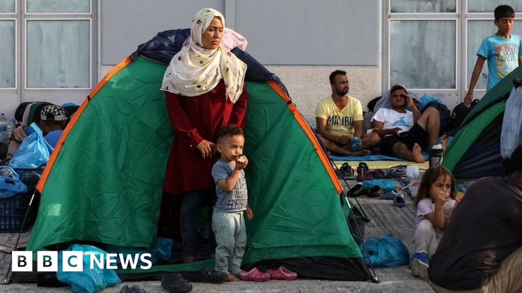Lesbos: Greek police move migrants to new camp after Moria fire thumbnail