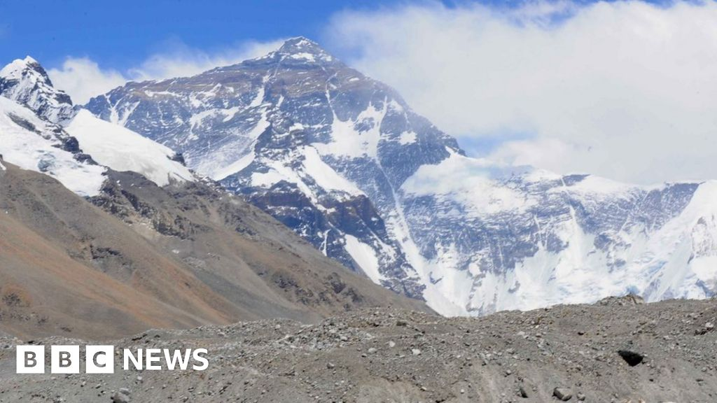 China closes Everest base camp to tourists