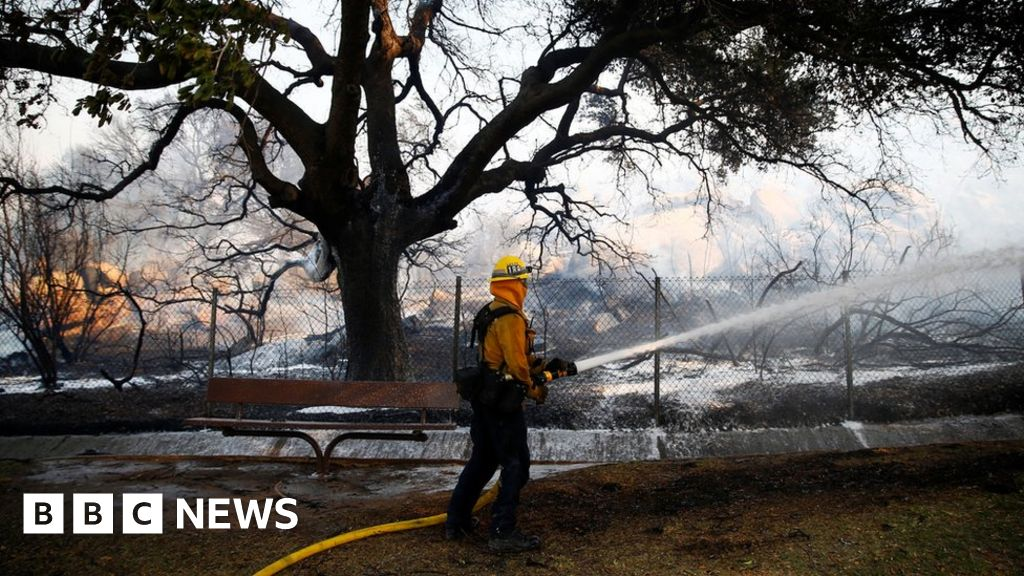 Firefighters hold line in north California thumbnail