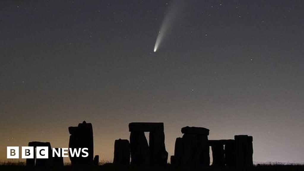 Comet captured streaking across Stonehenge night sky - BBC News