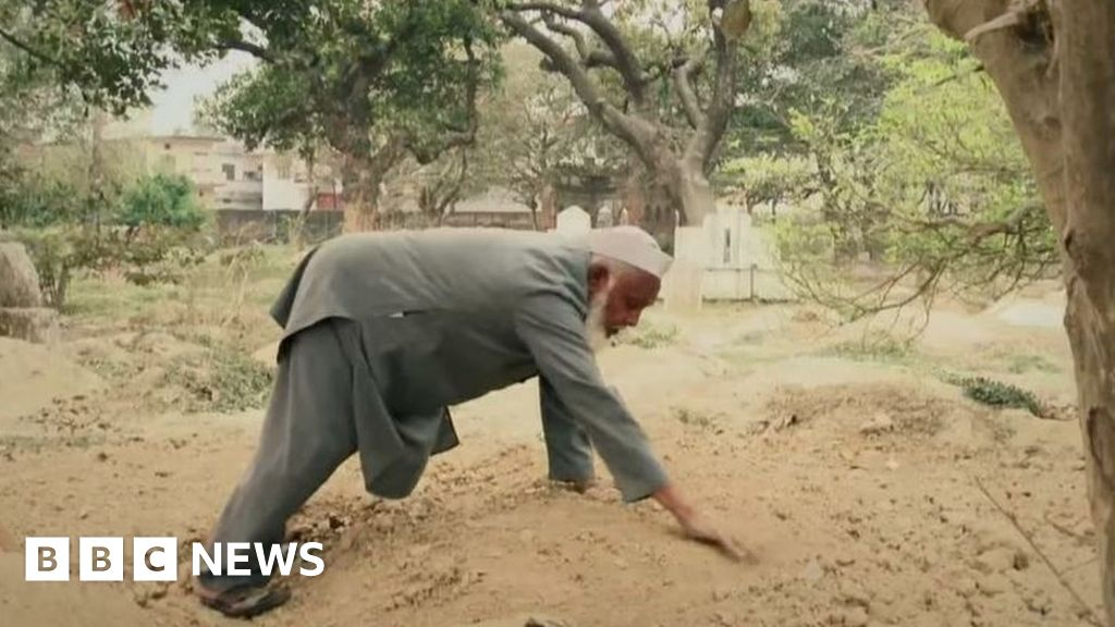 Saviour of the dead: Burying the bodies India forgets thumbnail
