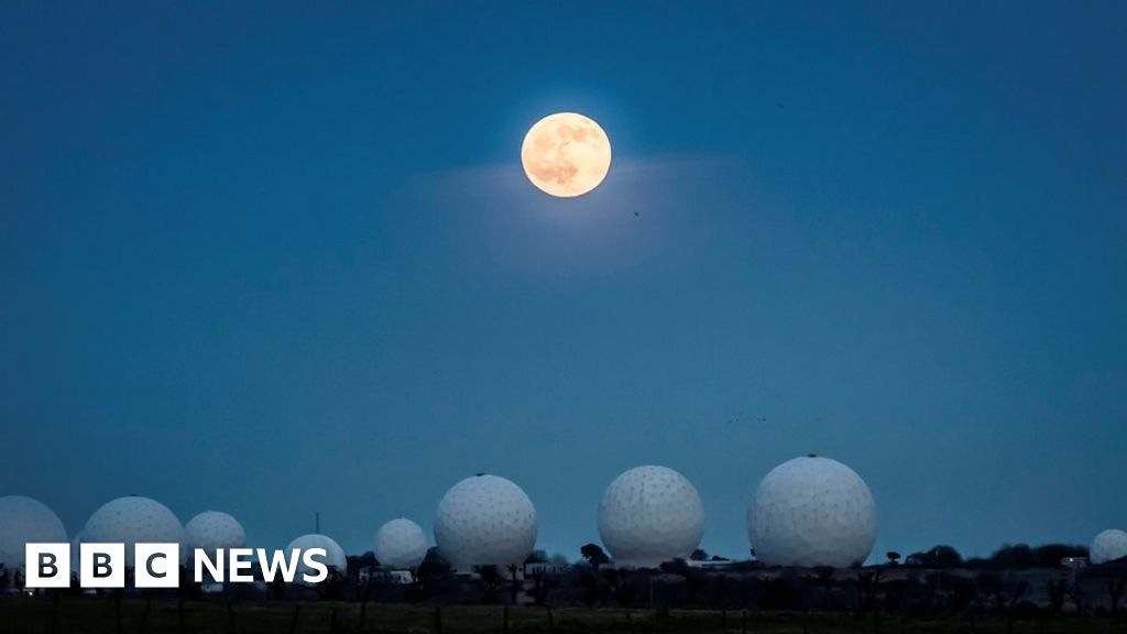 Wolf moon: Full moon and lunar eclipse delight skywatchers - BBC News