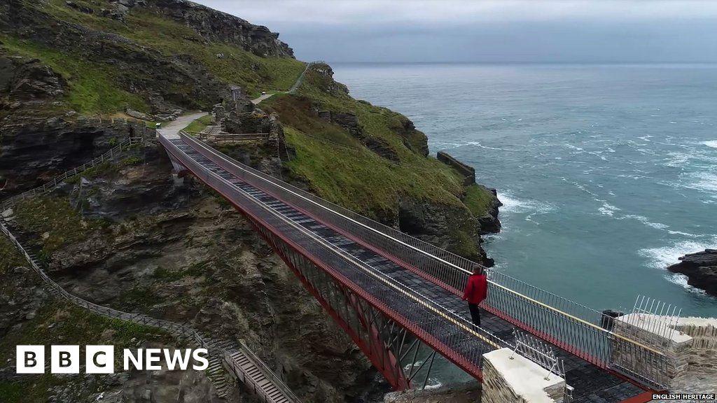 Cornwall: English Heritage builds Tintagel Castle footbridge