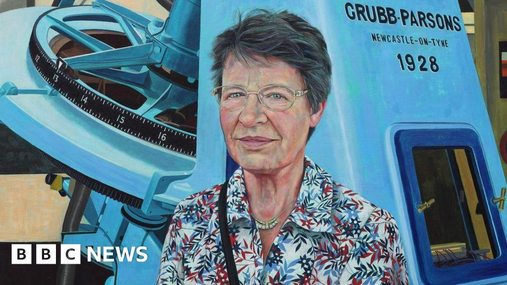 Dame Jocelyn Bell-Burnell: Portrait honour for 'trailblazing' NI scientist - BBC News