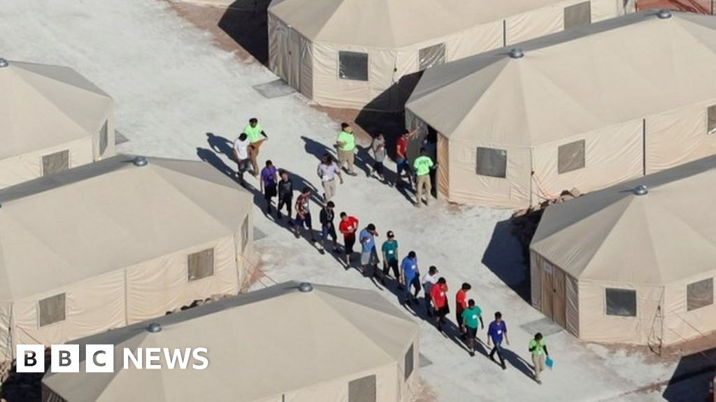 US-Mexico border: Bid to reunite migrant families 'finds 121 more separated children'
