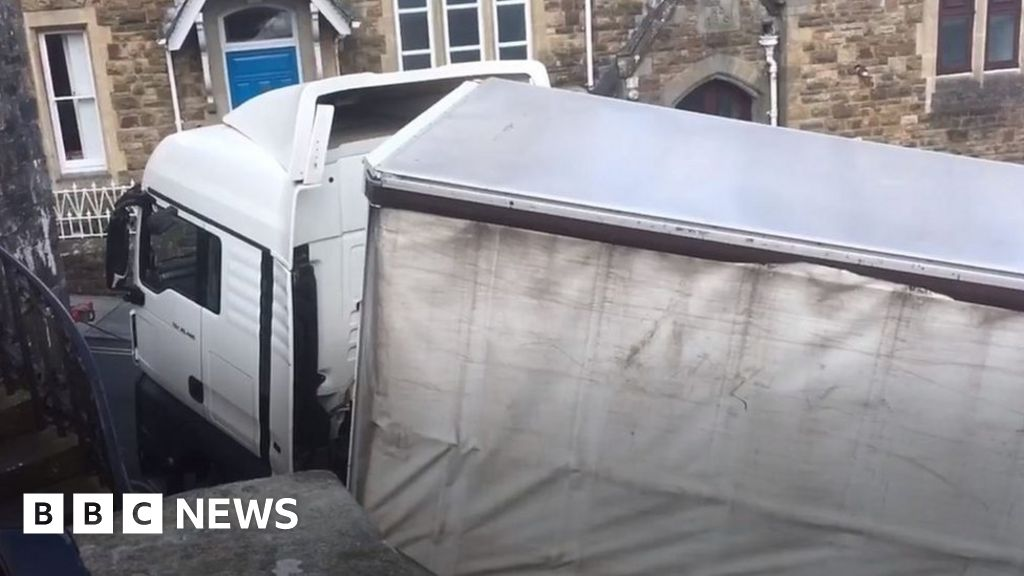 Lorry stuck on notoriously steep road