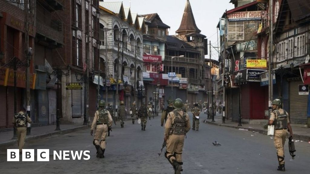Militants attack Indian army base in Kashmir 'killing 17