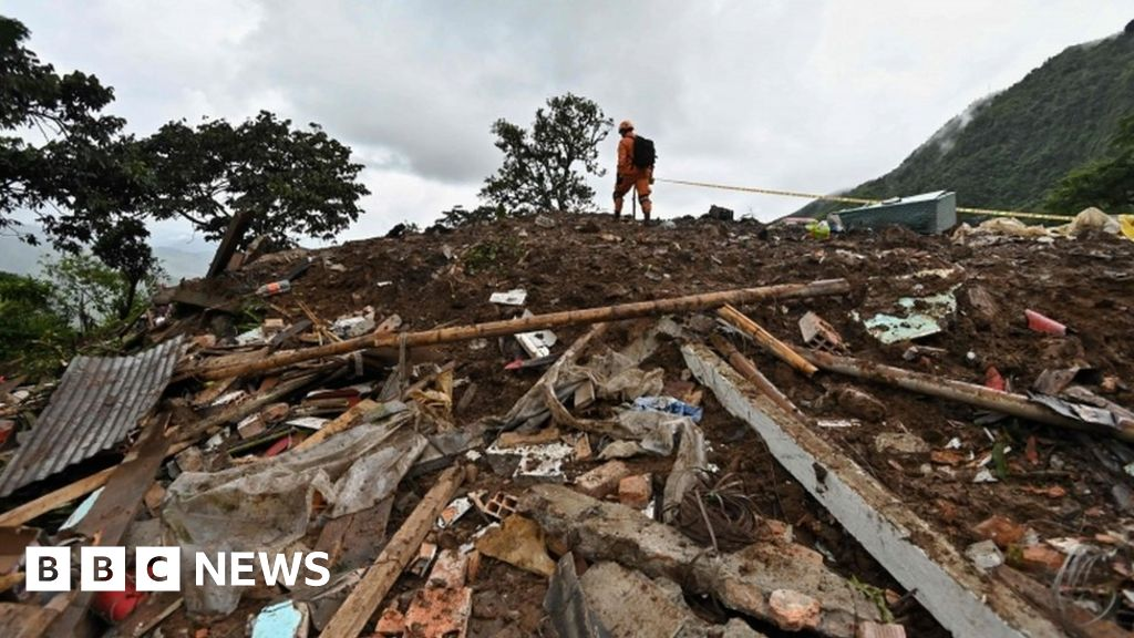 Deadly landslide hits Colombian town thumbnail