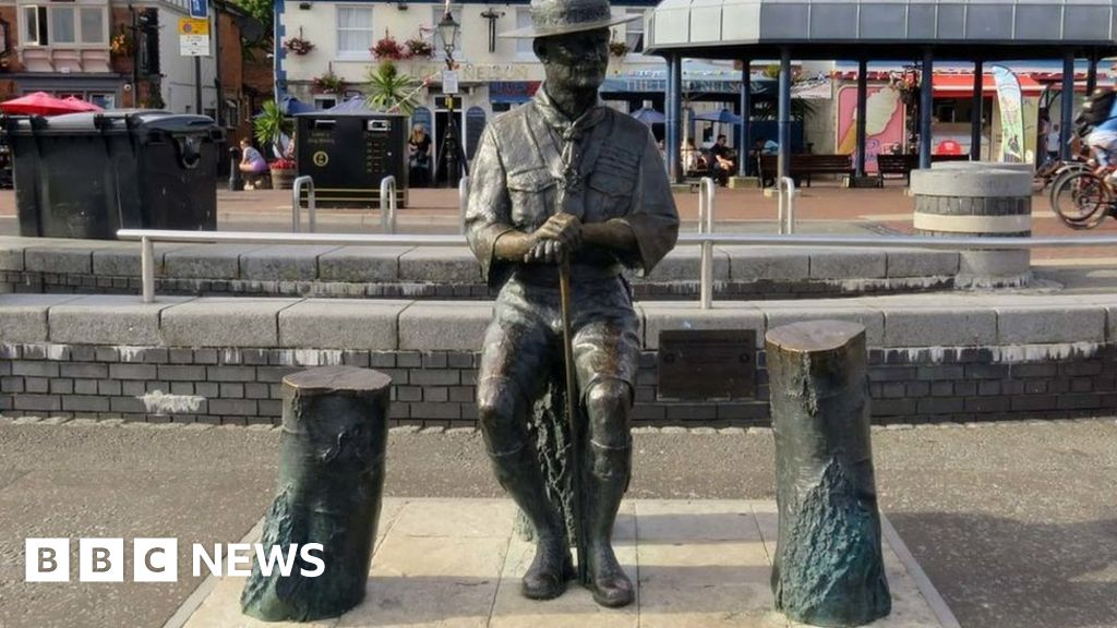 Robert Baden-Powell: boy scout-founder-be statue, Poole