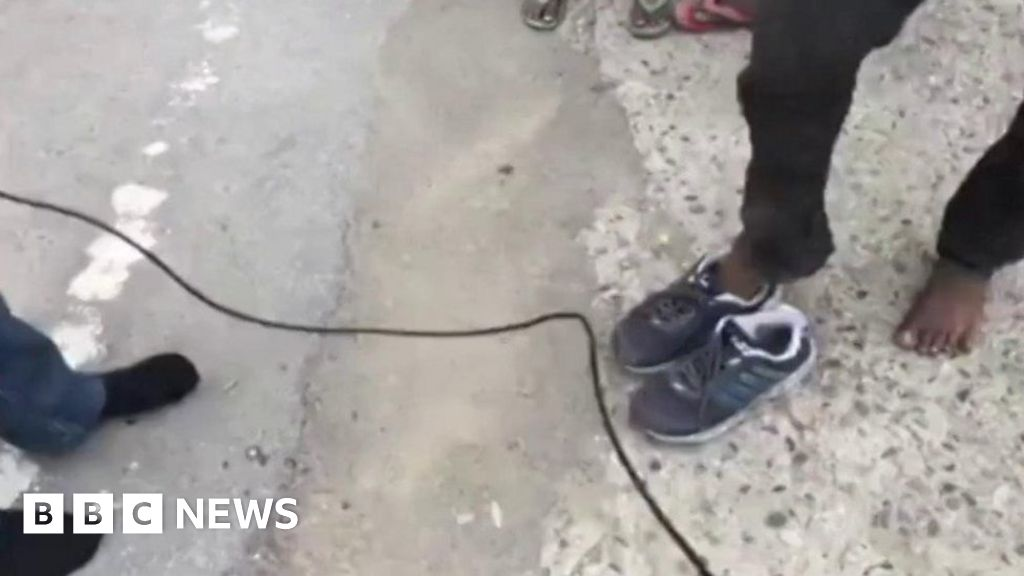 Reporter's gift of shoes to migrant goes viral thumbnail