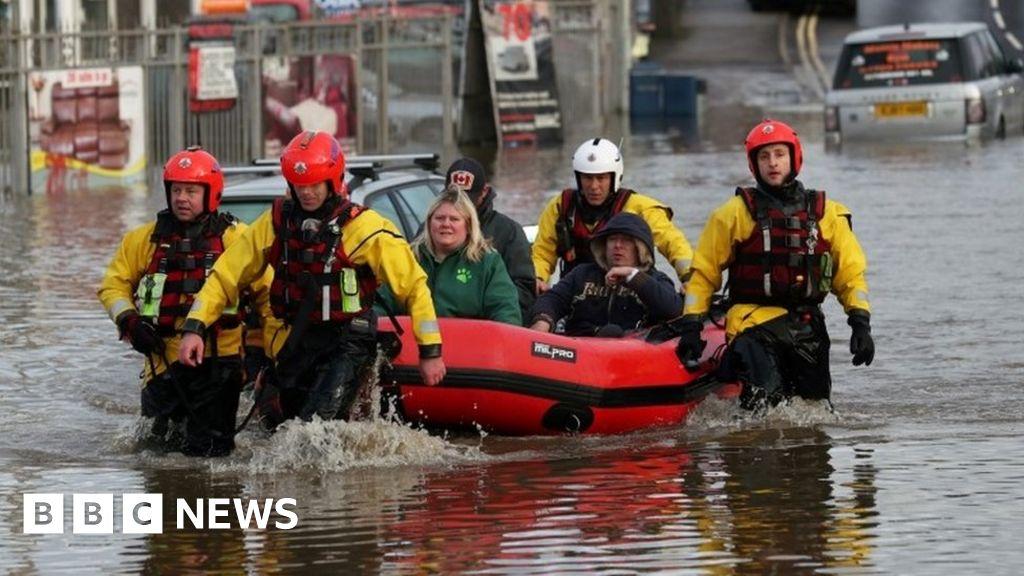 Lũ lụt ở Nam Yorkshire: Những ngôi nhà sơ tán vì mưa gây hỗn loạn du lịch