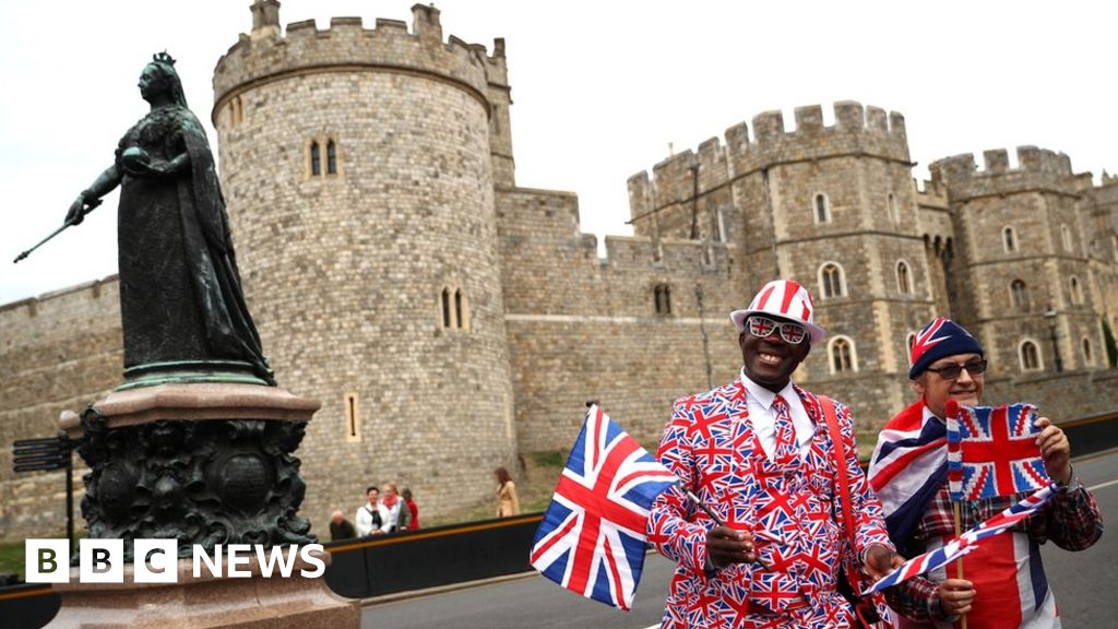Well-wishers gather ahead of royal wedding