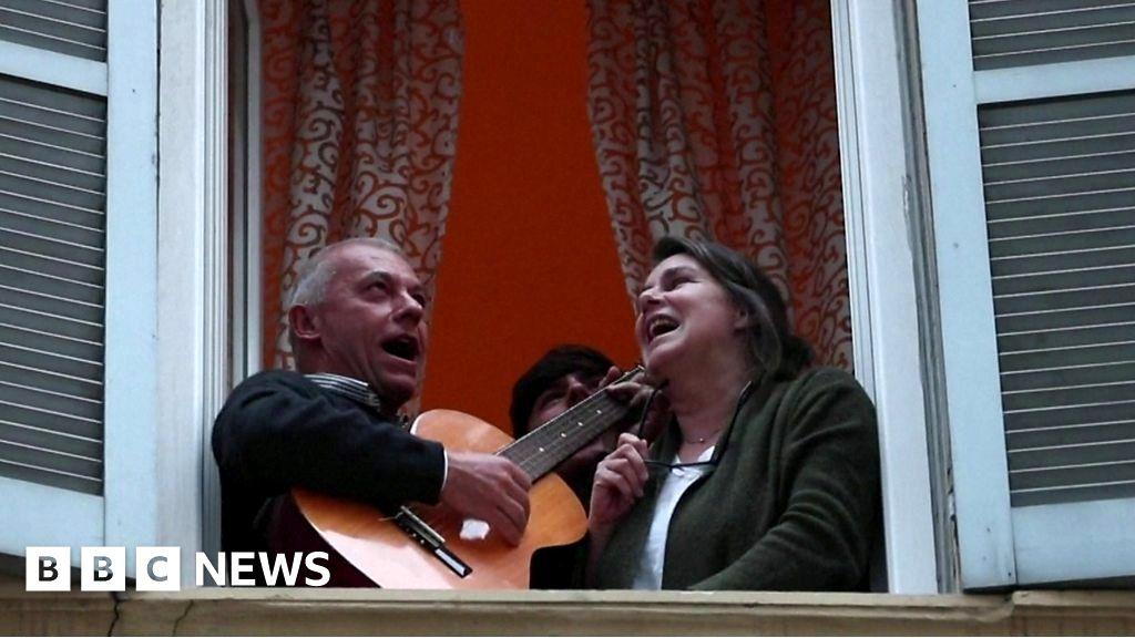 Coronavirus: Italians sing from their windows to boost moral thumbnail