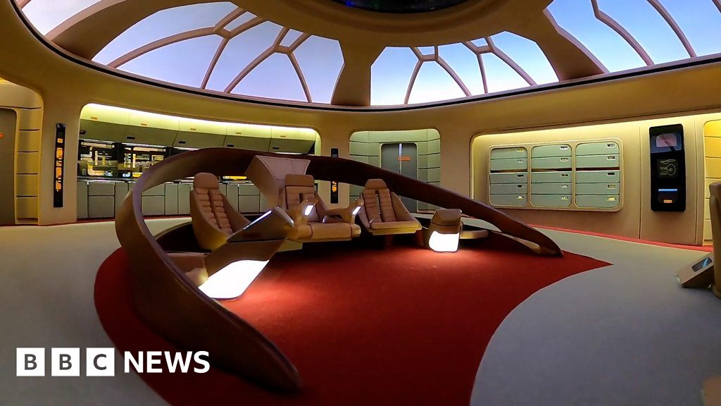 Star Trek: the Next Generation-fan-builds-bridges-set